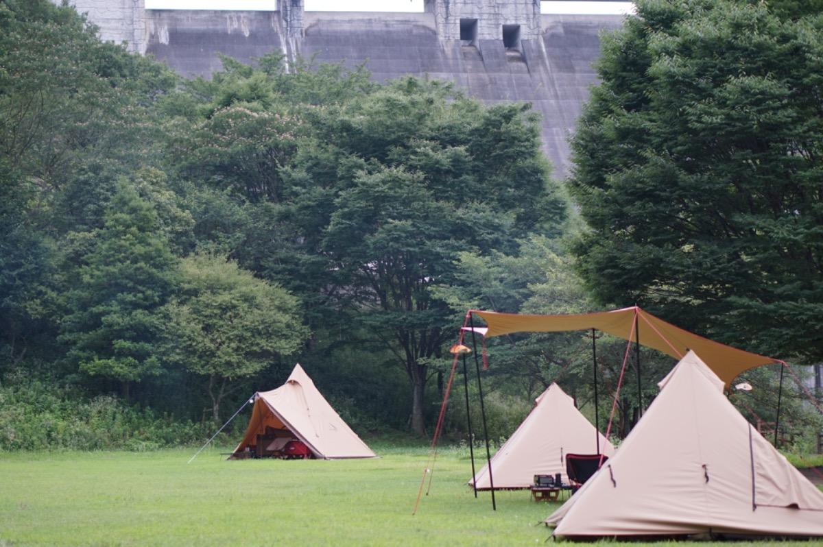 キャンプ場に集まるテント
