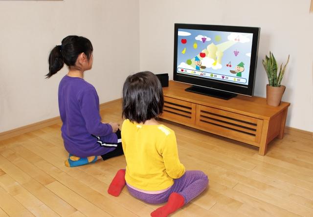 テレビゲームをする子供たち