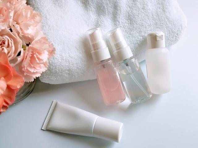 花とタオルと化粧品