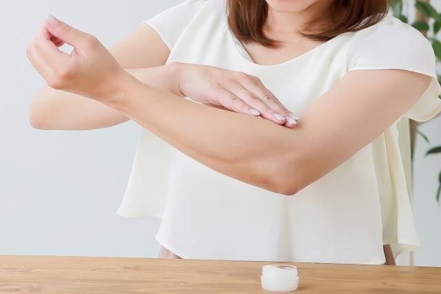 女性の腕とクリーム