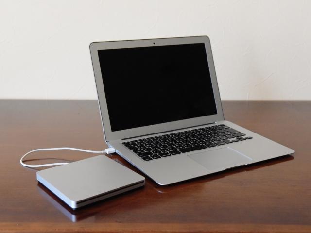 ノートパソコンとCDドライブ