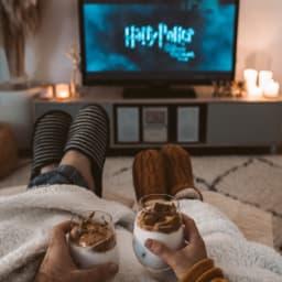 家で映画鑑賞をする男女