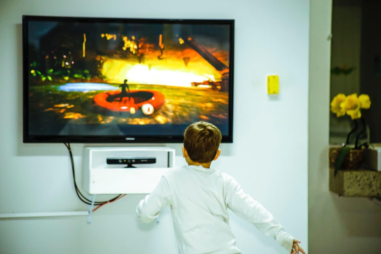 テレビゲームで遊ぶ子ども