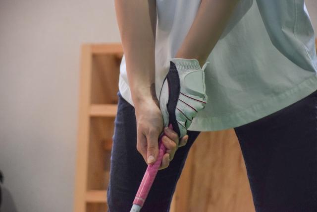 ゴルフ練習をする女性