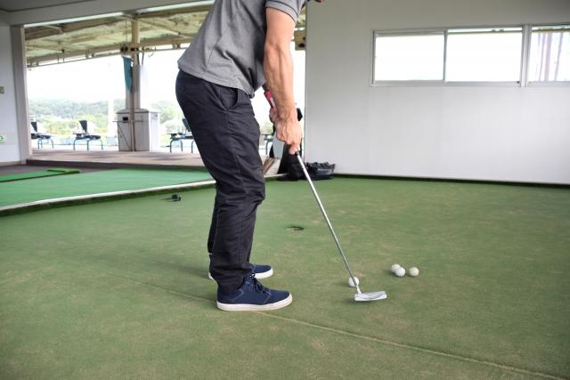 ゴルフの練習をする男性