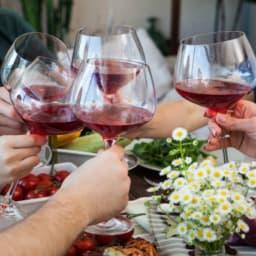 赤ワインで乾杯する人たち