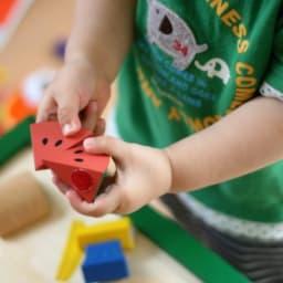 知育玩具で遊ぶ子供
