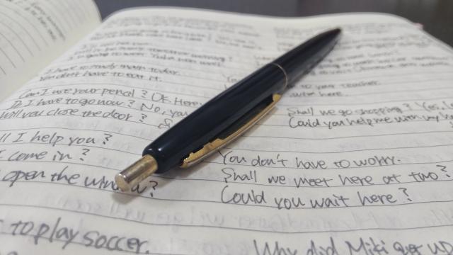 英語ノートの上のボールペン