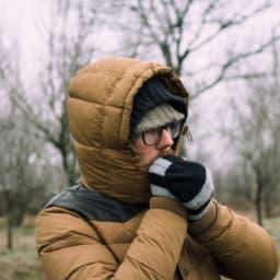 ベンチコートを着る男性