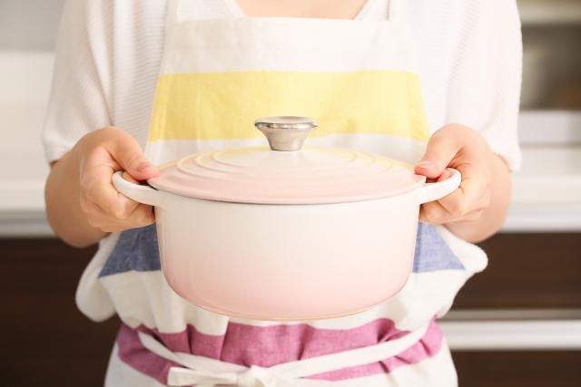 両手鍋を持つ女性