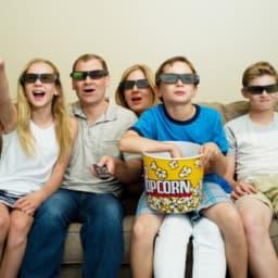 映画鑑賞をする家族