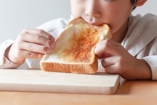 食パンを食べる子ども