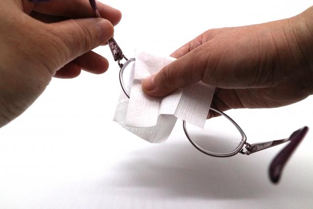 眼鏡を拭く