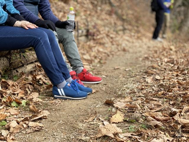 山道で休憩中の男女