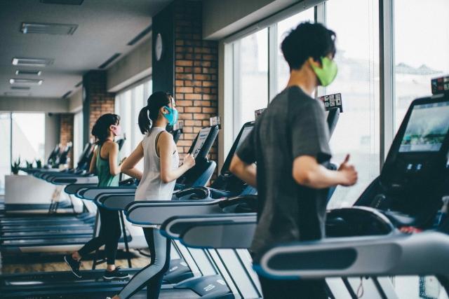 マスクでランニングマシンに乗る人たち