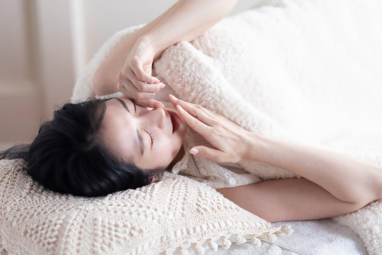 あくびをする女性の画像
