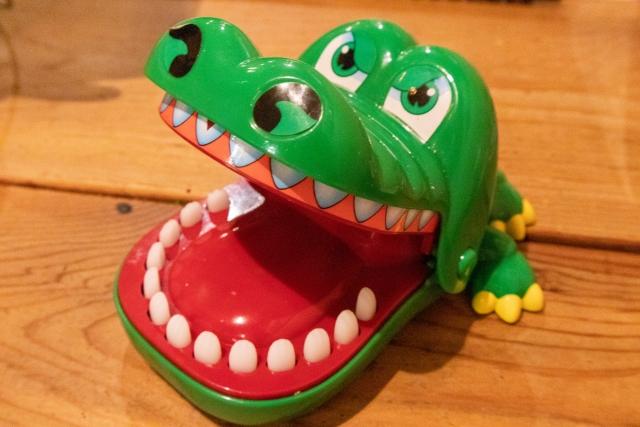 ハズレの歯を押すと上あごが落ちてくるワニのおもちゃ